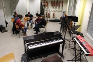 Gruppen träffas en gång i veckan i Tölö gymnasiums musiksal