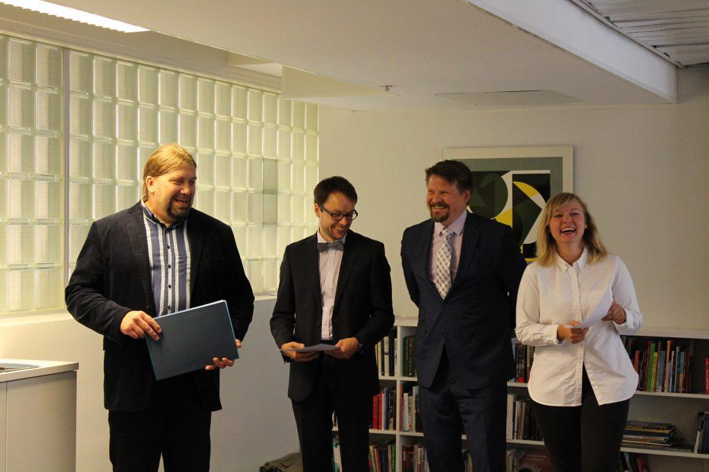 Juryn i Hans Ruin-essätävlingen 2016 bestod av Ralf Andtbacka (ordförande), Lasse Garoff, Jenny Jarlsdotter Wikström. Ann-Luise Bertell ingick även i juryn (ej med på bild). Andra från höger på bilden är juryn sekreterare Matts Blomqvist.