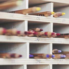 Färgpennor i en hylla.